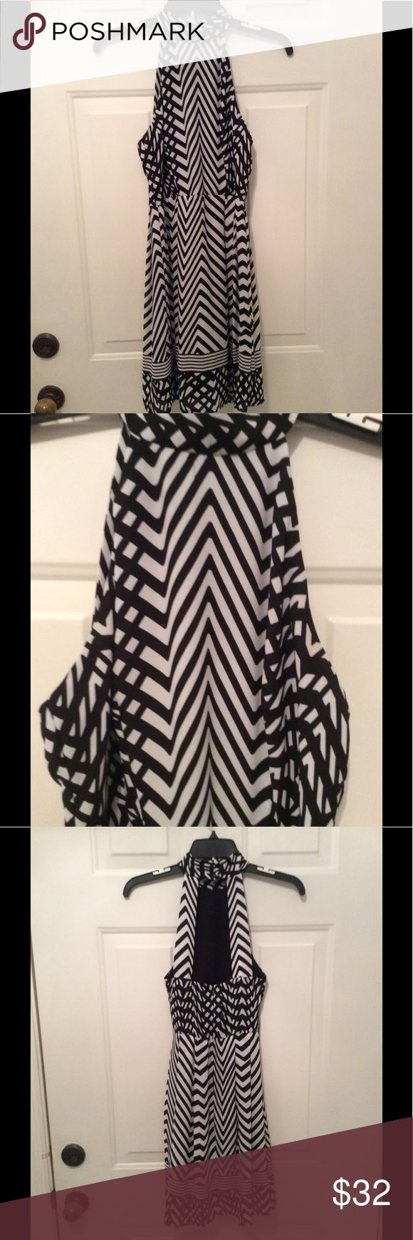 🌺B. SMART DRESS WITH BLACK AND WHITE DESIGN. 🌺 BEAUTIFUL DRESS IN LIKE NEW CONDITION. YOU WILL LOVE IT!  100% POLYESTER AND MACHINE WASHABLE. SEE FRONT AND BACK PICTURES. I LOVE THIS DRESS. B. SMART Dresses Mini