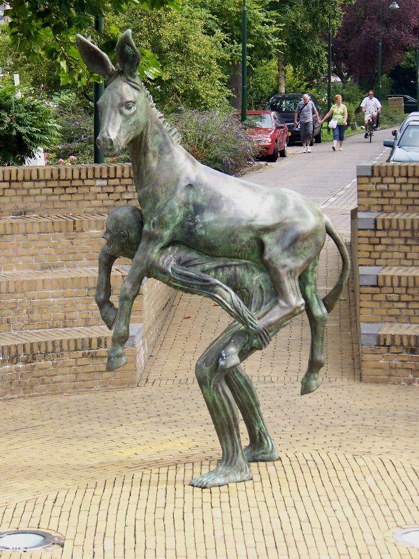 Grappig man neemt ezel op rug wat een ezel.