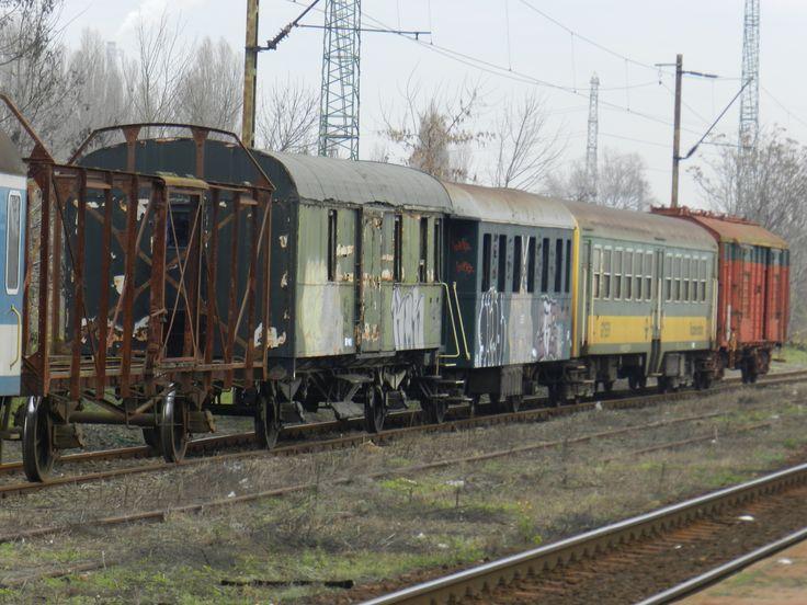 Roncs-menet 2. Különösen a kép bal szélén álló teher(?)vagon érdekes. ;-)
