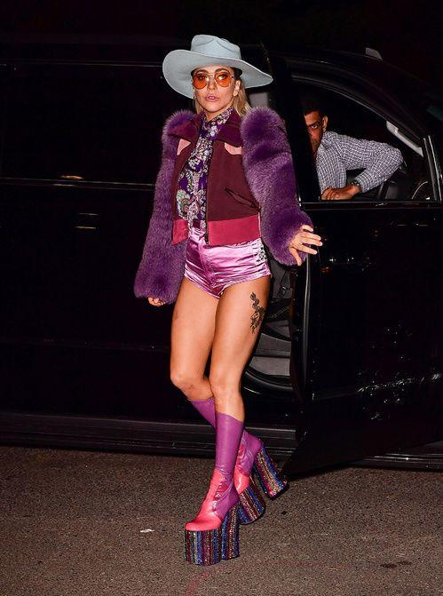 Lady Gaga en total look Marc Jacobs de la collection printemps-été 2017, chaussures plateformes purple, chapeau