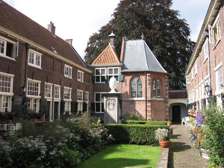Sint Anna Hof in Leiden, 1 van de 35 hofjes die Leiden rijk is!