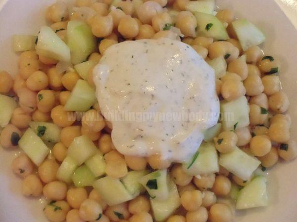 Ensalada de garbanzos y pepino con salsa de yogur