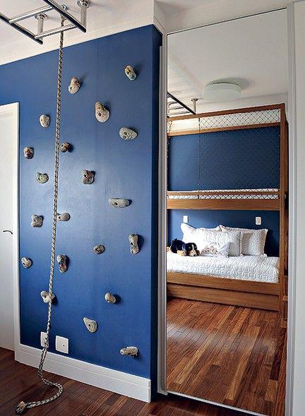 Fernanda Morato e Marcia Monteiro transformaram o quarto do menino de 10 anos em um parque de divers�es. Para chegar ao beliche, al�m dos degraus ao lado da cama, h� uma op��o divertida: escalar a parede e atravessar a escada de a�o inox pregada no teto