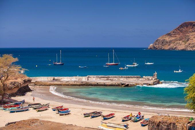 Paradisiache, incontaminate, selvagge: in una parola: autentiche! Sono le spiagge di Capo Verde, un arcipelago incantato di dieci isole al largo delle coste del Senegal. Le più vicine alle coste africane, Ilha do Maio, Ilha do Sal e Boa Vista, offrono spiagge chiare e ampie, mentre le altre sono più rocciose (essendo vulcaniche alcune sono a sabbia scura).