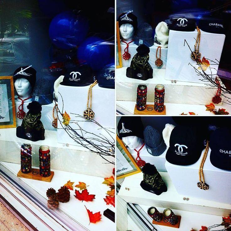 Montrealistik en vente à La Galerie! Boucles d'oreilles, bracelets, casquettes, médaillons et tuques. #montrealistik #popupartmtl #lagalerie_