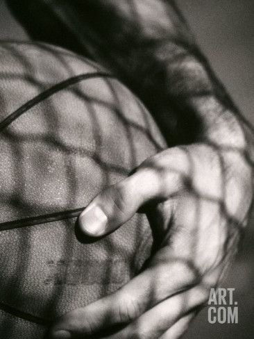 Art.fr - Photographie 'Main tenant un ballon de basket-ball'