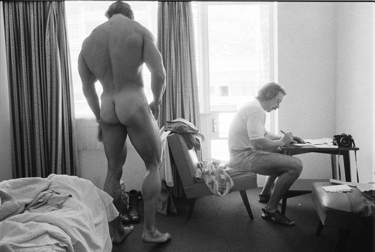 Arnold Schwarzenegger se prepara para disputar el concurso de culturismo Mr. Olympia en Pretoria (Sudáfrica) en 1975.