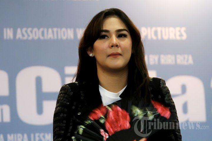 SISSY PRISCILLA - Pemain film Sissy Priscillia saat ditemui pada acara konferensi pers film Ada Apa Dengan Cinta (AADC) 2 di The Hall Senayan City, Jakarta Pusat, Senin (15/2/2016). TRIBUNNEWS/JEPRIMA
