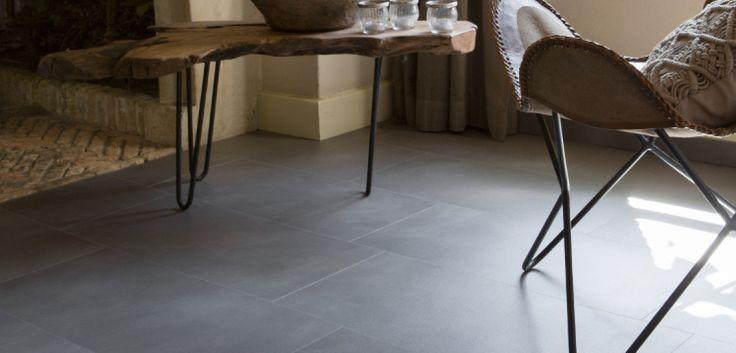 Deze donkere tegel geeft een stoere uitstraling aan uw interieur. Door zijn subtiele en moderne uitstraling combineert hij goed met rustieke meubels en materialen.
