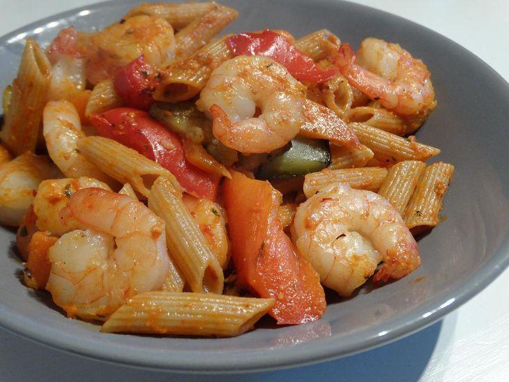 Vandaag heb ik heerlijk gesmikkeld van pasta met eigen gemaakte rode pesto. En dan ook nog wat gamba's en gegrilde groente (paprika, courgette en wortelen) erbij.