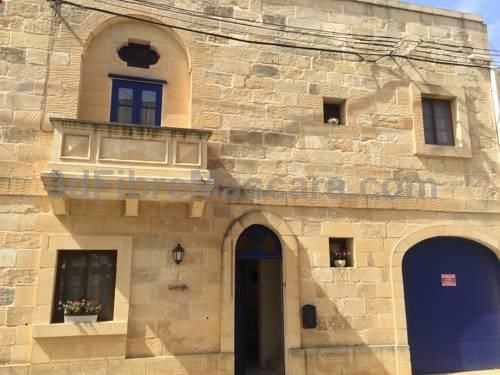 Qronfla Farmhouse BB Żebbuġ Set in Zebbug in the Gozo Region, 31 km from Valletta, Qronfla Farmhouse BB features an outdoor pool and year-round outdoor pool. A terrace or balcony are featured in certain rooms. All rooms are fitted with a private bathroom.