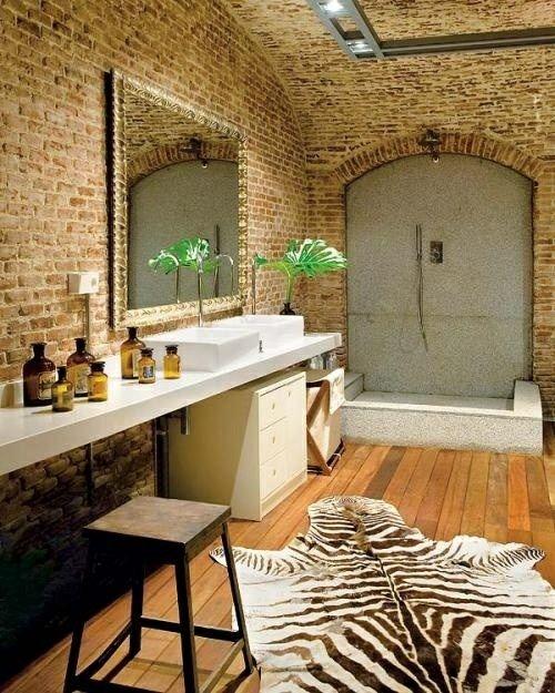 Une salle de bains élégante avec une décoration stylisée et un tapis de zèbre