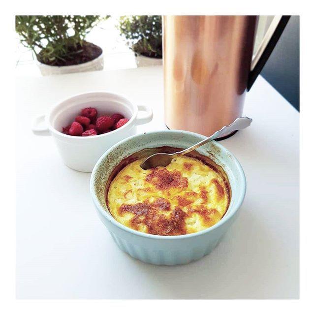 Kesokaka Recept: 1-2 ägg, 250gram keso, 2 msk hackad mandel, 1 krm vaniljpulver, 1 msk sötströ. Blanda alla ingredienser, in i ugnen i 200* i 20-30 min Perfekt till Frukost eller mellis  #lchf #lowcarb #viktminskning #periodiskfasta #pannkakor #viktnedgång #pannkaka #fika #recept #lchfrecept #mugcake #kaka #måbra #keso #ketodiet #followforfollow #instagood