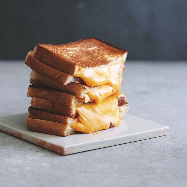 いいね!2,180件、コメント6件 ― Masaki Higuchiさん(@higuccini)のInstagramアカウント: 「Grilled cheese sandwich . 今朝はホットサンド😋 切るとチーズがだらーんと垂れる😅 具材はチェダー&コンビーフ👍 . #サンドイッチ #グリルドチーズサンドイッチ…」