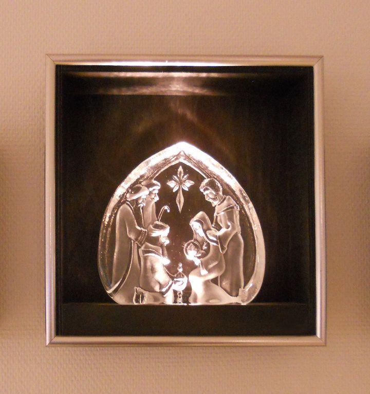 Här är en ljusbox med en Julkrubba