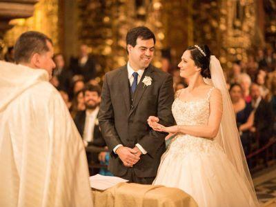 Casamento clássico de Denise & Maurício: cerimônia no Mosteiro de São Bento e dança coreografada para abrir a festa