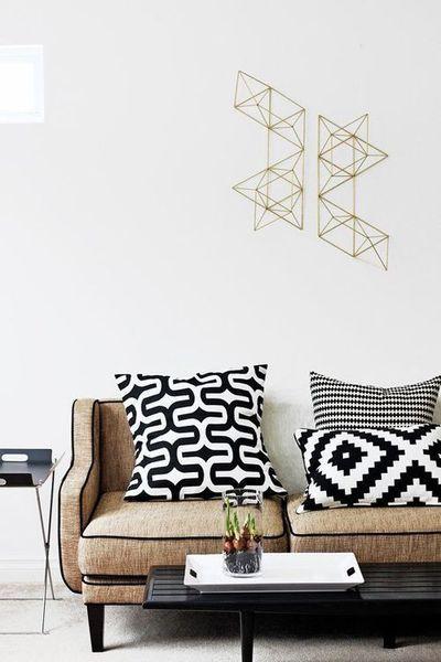 Coussins graphiques et sculpture métal 3D | graphic pillows, living room