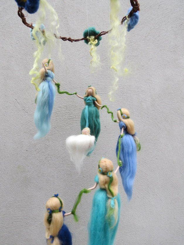 Feen und Elfen aus Wolle  Dieses Mobile verzaubert mich ganz besonders! Es besteht aus 5 Wiegenfeen (5 ist die Zahl der Göttin) welche in einem Reigen um eine Wiege tanzen. Jede Fee beschenkt...