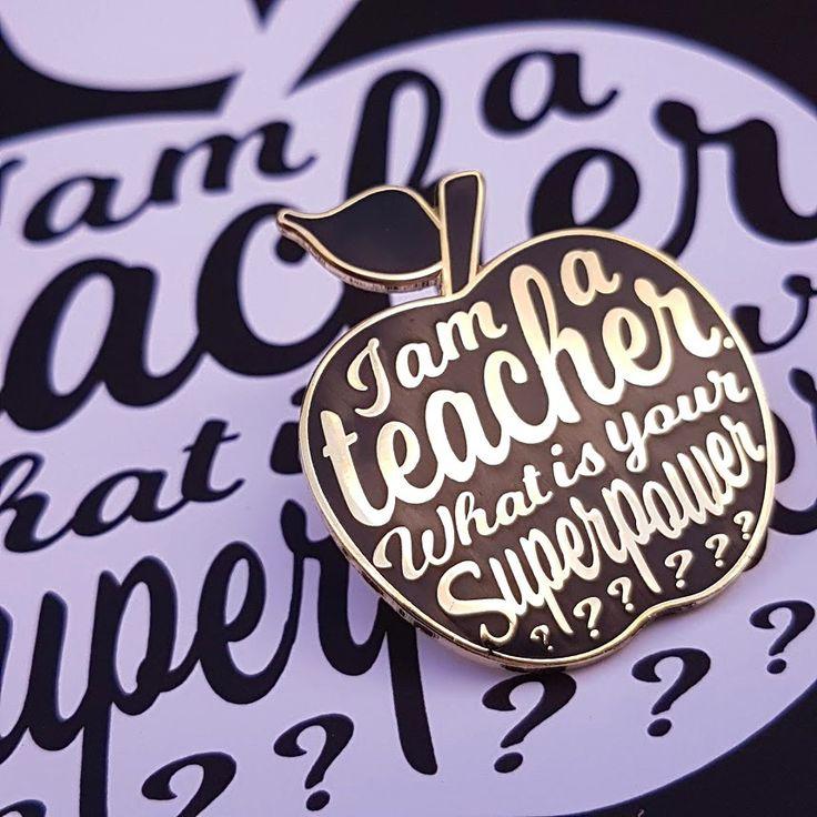 Laatste schooldag cadeautjes zijn altijd moeilijk. Geef je alweer een stukje chocolade, douchegel of die mok? Dit jaar hebben we eigen pins en tassen ontworpen met de originele quote I AM A TEACHER. WHAT IS YOUR SUPERPOWER? Want zeg nou zelf wat de gemiddelde leraar moet tegenwoordig een held zijn om alle taken op tijd …