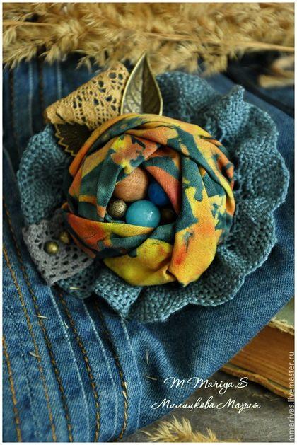 Купить или заказать Брошь 'Синеглазка' в интернет-магазине на Ярмарке Мастеров. Здесь есть несколько интересных моментов. Например, ткань из которой сшита брошь. Ооочень красивая (американский хлопок). Необычный сложный тон. Темно-сине-зеленый, цвет черного моря, темно-лазурный. Рисунок на нем словно нарисован акварелью. На ткани изображены цветы, листва темно-рыжего, охристо-золотистого цвета. Еще особенность этой броши - серединка.