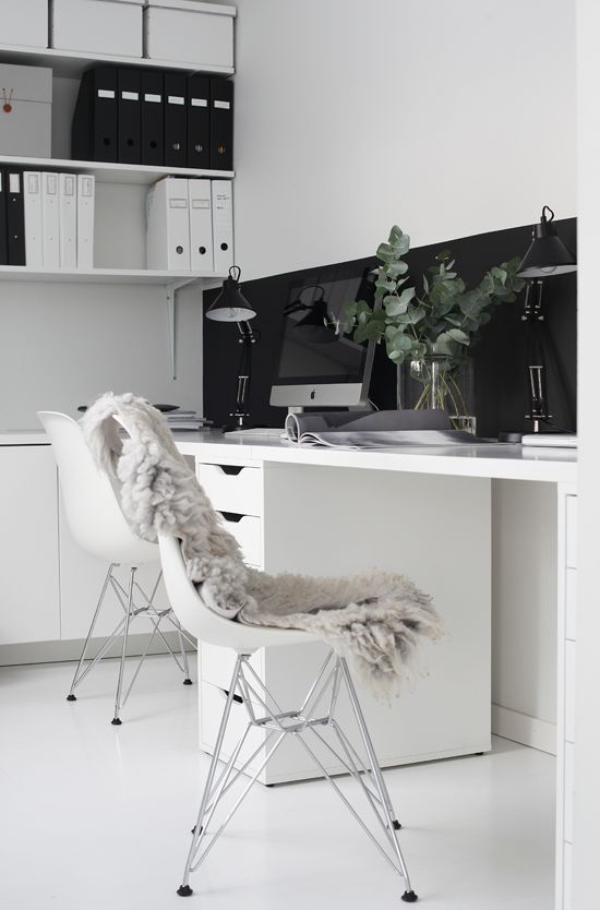 foto © elisabeth heier Arbeidsbord i malt mdf, skuffeseksjon/Ikea, bordlamper/Granit,veggfarge/Lady Pure Color - Dempet sort og Lady Pure Color - NCS s0500 (hvit). Jeg startet det nye året med å gjør