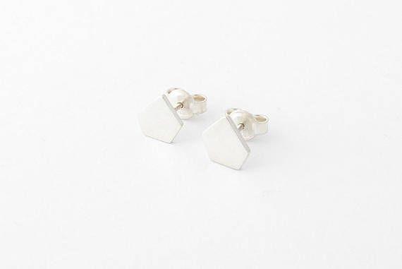 Retrouvez cet article dans ma boutique Etsy https://www.etsy.com/ca-fr/listing/597089699/silver-stud-earrings-handmade-tiny-stud