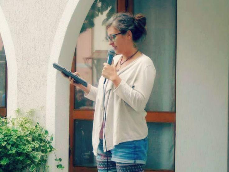 GIURO CHE NON VOLEVO FARE LA POETA  Giuro che non volevo fare la poeta.  Non volevo scrivere, declamare, performare, essere vista e riconosciuta. Non volevo essere ascoltata, giudicata, apprezzata o disprezzata o ignorata. Non volevo stare su un palco a sciorinare giochi di parole e pause e tanti tanti a capo.  Le poete non sono lette, né studiate; le poete non le ricorda nessuno. Non dormono la notte di luna piena, bevono poca acqua, di sicuro, e non mangiano per definizione. Le poete hanno…
