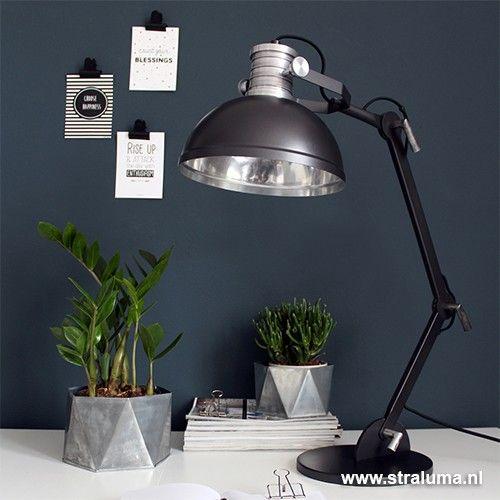 Gaaf, deze stoere industriële bureaulamp, in zwart met aluminium details. Het ontwerp is gebaseerd op de trendy fabriekslampen. Mooie details zijn de rechthoekige stangen, de stoere knoppen en de stoere, grove uitstraling. De kantelbare, gepolijste reflector is niet alleen mooi, maar zorgt ook voor optimale reflectie van het licht. Een 'must have' voor uw scandinavische, design of grafische thuiskantoor!