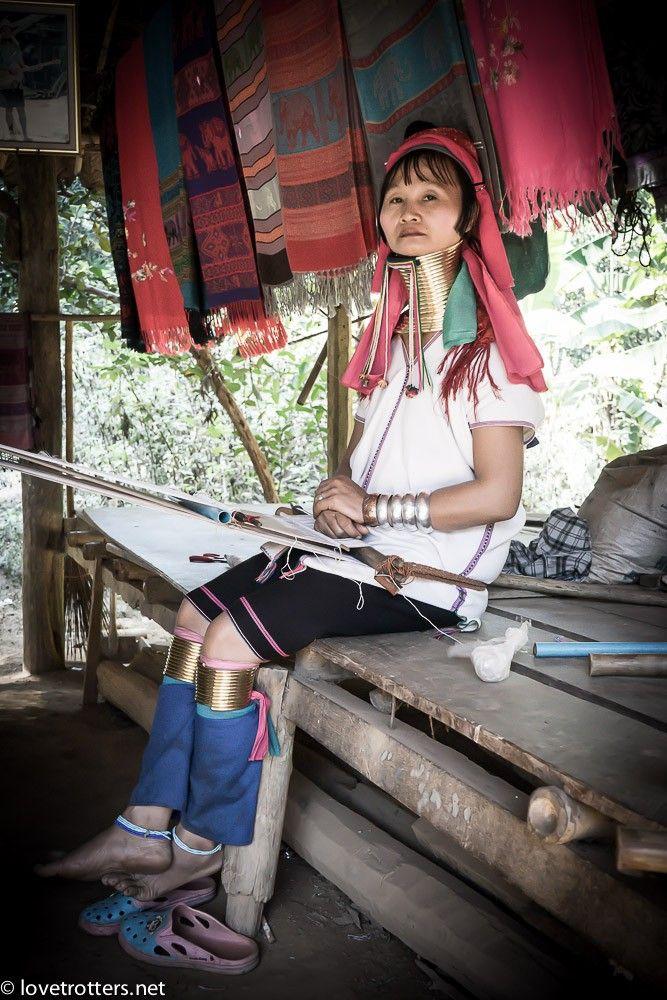 """Comment aller à la visite des """"femmes girafes"""" ? Devons-nous encourager ou condamner la visite des villages Karen que certains qualifient de """"zoo humain"""" ?"""
