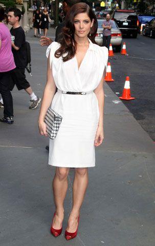 Эшли Грин в белом платье и красных туфлях