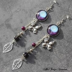 Bijou créateur - boucles d'oreilles pendantes argentées cabochon fleurs breloques feuilles et papillons perles tons mauve et violet