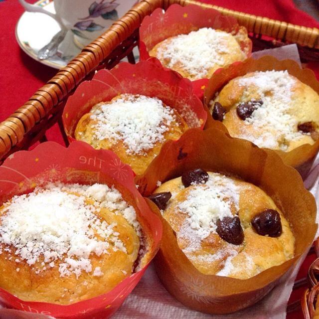 残っていたココナッツミルクがもうヤバかったので、これも又ヤバいバナナとを使いマフィンに。トッピングの白いのも、又々ヤバいココナッツパウダーです - 209件のもぐもぐ - バナナずっしり入れてココナッツミルクで焼いたマフィン Coconut Banana Muffins. by yoriko