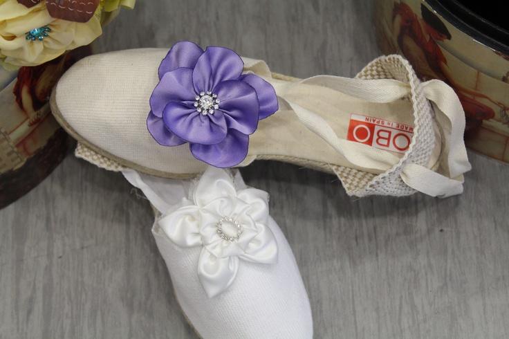 alpargatas decoradas con flores de tela,en blanco,morado,lila,violeta para novias e invitadas al baile y peñas del toro enmaromado benavente Algod\u2026