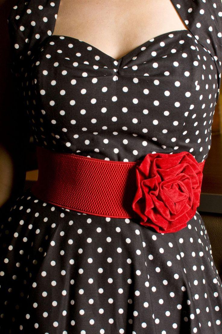 De Velvet Rose Red stretch tailleriem van Collectif is een echt eyecatcher!Brede retro stretch taille riem met een romantische fluwelen roos. Afgewerkt met haaksluiting met 3 standen.Leuk in combinatie met onze50s retroswing jurken. De afgebeelde pumps en tas zijn niet verkrijgbaar in onze shop