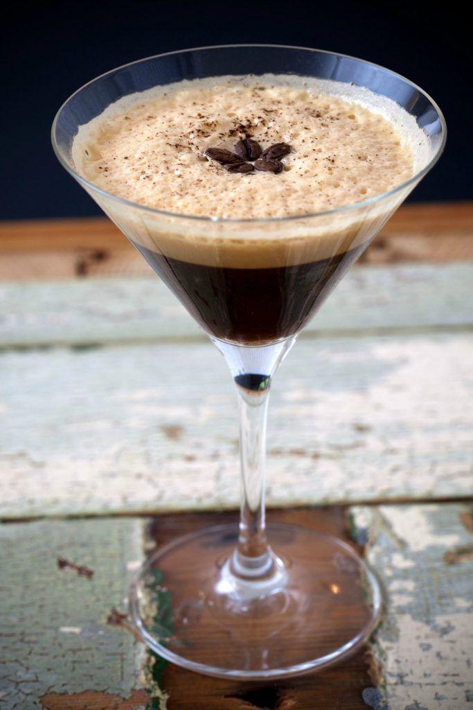 Sommeren over er der blevet langet mange Aperol Spritz over bardisken, men her på redaktionen har vi fået en ny favorit – nemlig Espresso Martini