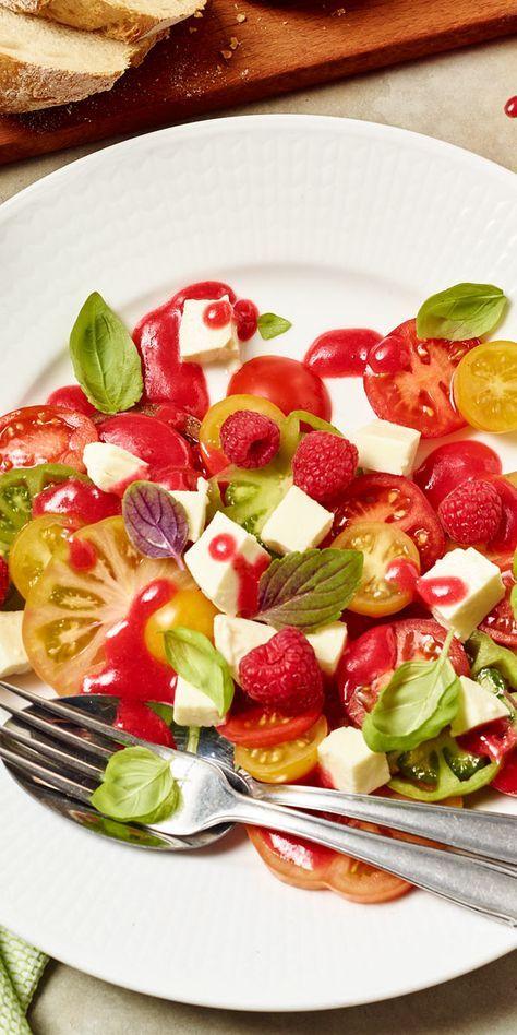 Unsere Bloggerin Susanne liebt kreative Rezepte und hat sich deshalb diesen leckeren Tomaten-Mozzarella-Salat mit Himbeerdressing überlegt. Verschiedene Tomaten, Himbeeren und saftig grünes Basilikum sorgen für ein optisches Highlight!