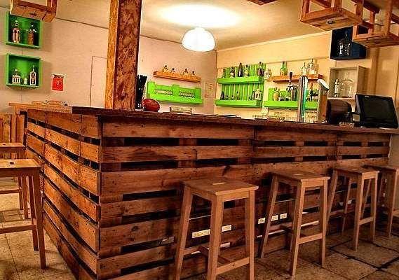 Bruin gebeitste planken van een pallet als bouwmateriaal voor een eco vriendelijke bar.