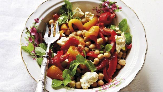 Lahodný zdravý salát z paprik a cizrny se zálivkou z pečeného česneku se hodí jako lehká večeře, ale můžete ho připravit i jako přílohu k masu.