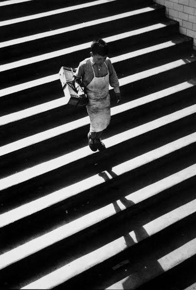 #Fotografía Francesc Català Roca @Qomomolo   - Recadero en el metro, 1953. S)