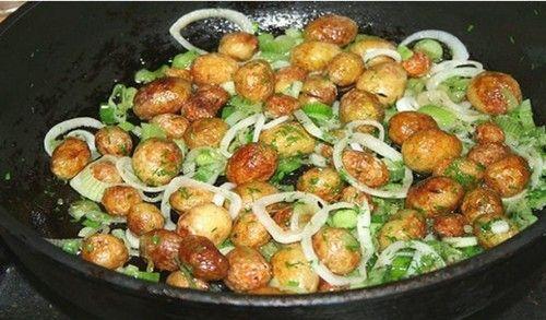 Как приготовить молодую картошку с румяной поджаристой корочкой. Ингредиенты - самые обычные и простые. Описание приготовления.