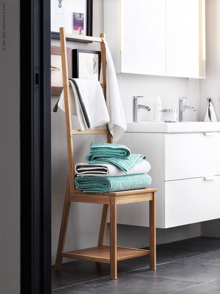 Dags att ta kontroll över morgonrusningen - vi inreder badrummet med plats för allt och alla! RÅGRUND stol med handdukshängare i bambu, GODMORGON/ODENSVIK kommod med 2 lådor.