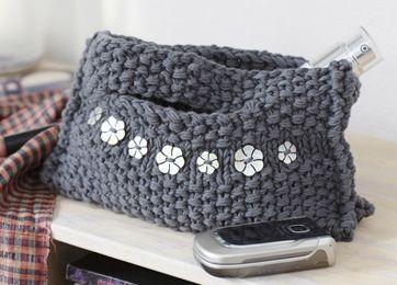 Fiks lille taske, der kan rumme det mest nødvendige: nøgler, briller, telefon, makeup m.m. Tasken er strikket i tredobbelt bomuldsgarn