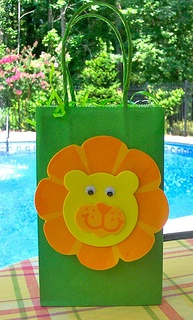 Bolsa decorada con rostro de león hecho de fomi como bolsa para recordatorios