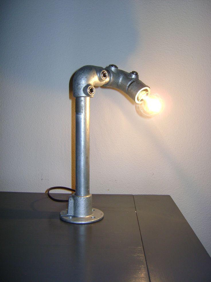 Staande lamp, gemaakt van steigerbuizen.