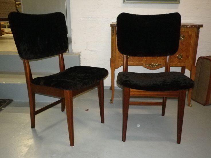 Keittiön tuolit verhoiltu lampaan värjätyllä nahalla. Harjoittelijan opinnäytetyö