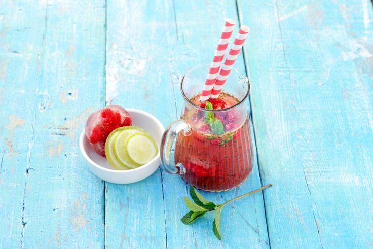 Watermeloen-frambozenlimonade / *  1 kleine watermeloen * 7½ g munt (alleen de blaadjes) * 100 ml frambozensiroop