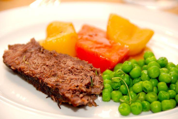 Verdens møreste kød! Braiseret gammeldags oksesteg, der tilberedes af oksebov. Kødet simrer ved svag varme i tre timer i en gryde. Til braiseret gammeldags oksesteg til seks personer anvender du: C…