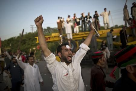 19日、パキスタンの首都イスラマバード(Islamabad)のデモで、首相批判のスローガンを叫ぶ男性(AP=共同) ▼20Aug2014共同通信|パキスタン反政府デモ首都中枢に 圧力強め、緊張高まる http://www.47news.jp/CN/201408/CN2014082001000581.html