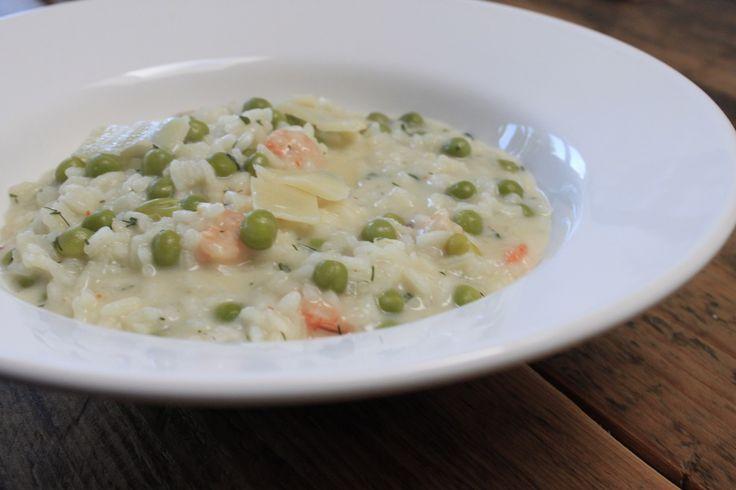 Zo blij na weken niet koken dat het tijd is voor een lente recept een frisse lente risotto met garnalen, doperwten en limoen om van te smullen.