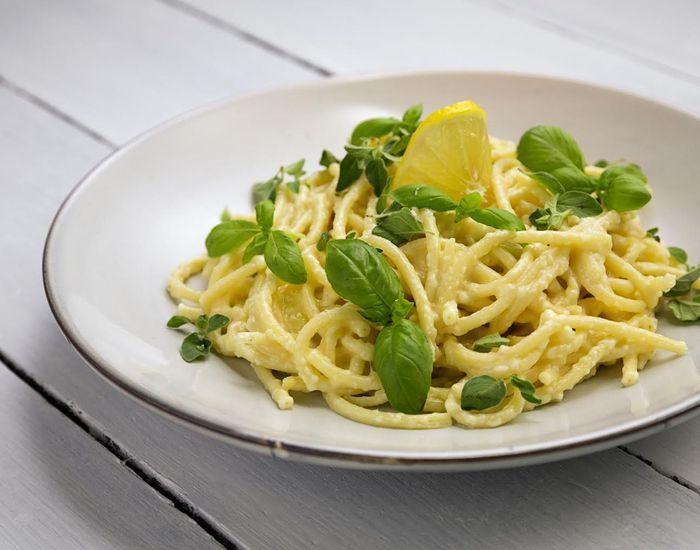 """Aftensmad på kun få min.! Glem alt om kulhydrater og kalorier og andre kedelige ord. Her er det ren berømt """"italian style"""" med næsten lige så meget ost som pasta."""